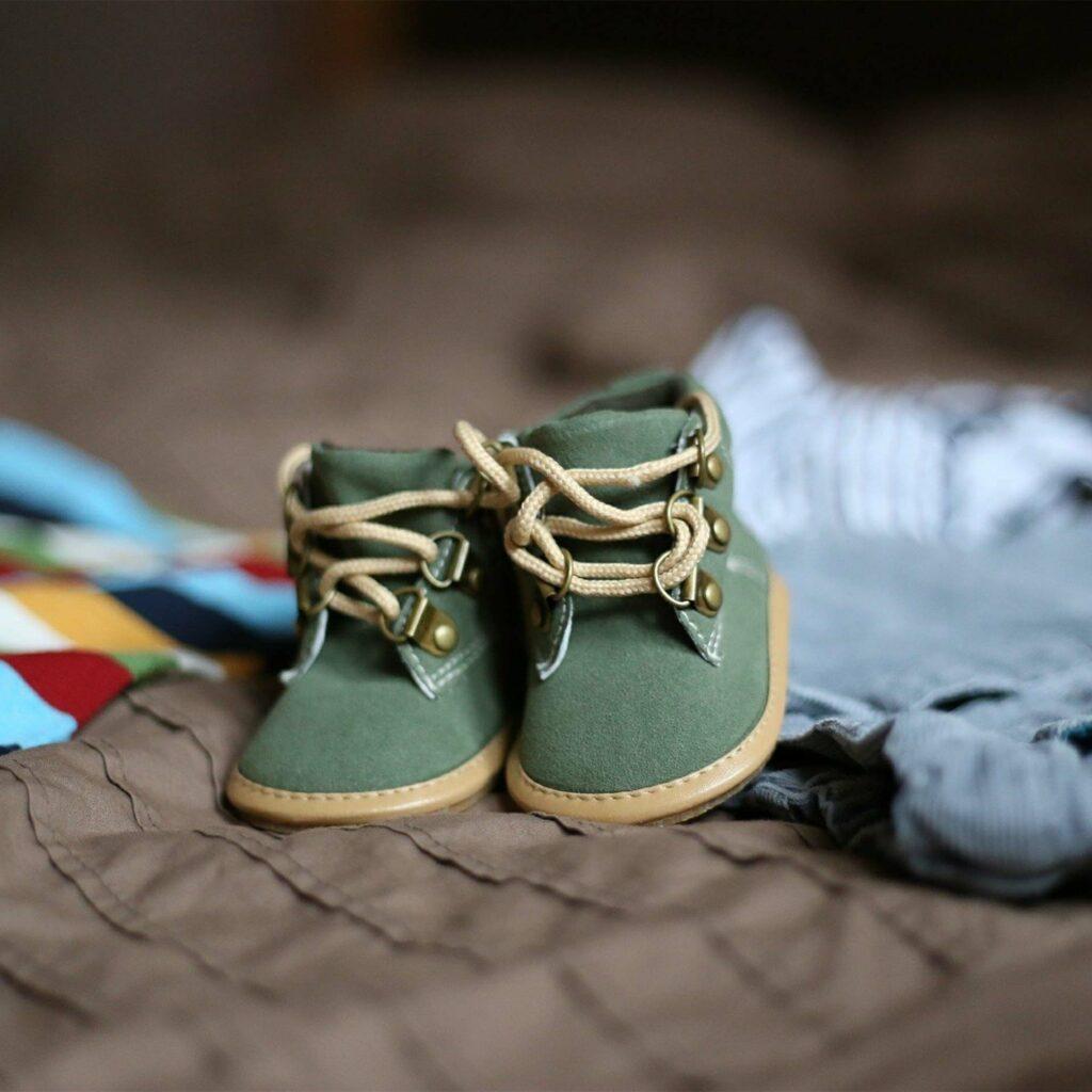 Paire de petites chaussures achetées en prévision du bébé à venir.